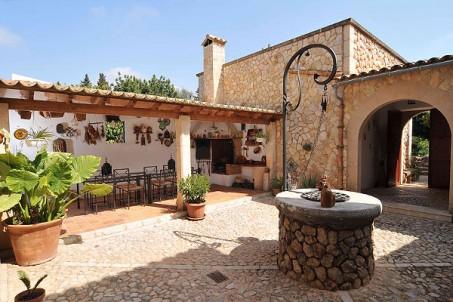 bunyola-courtyard